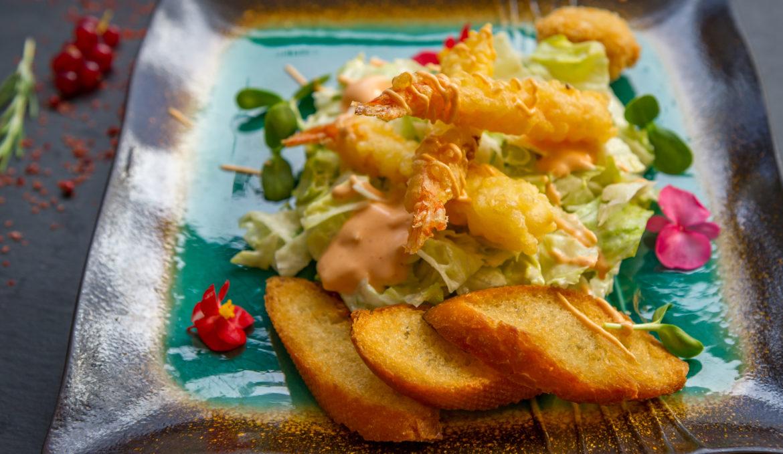 Salata caesar cu creveti tempura