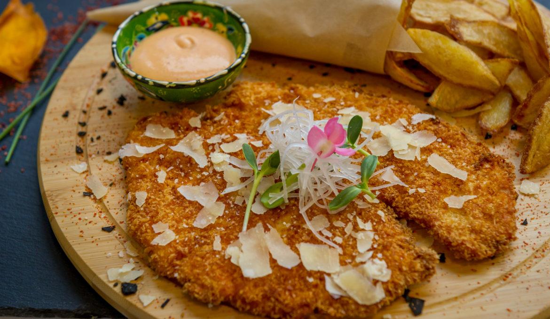 Snitel de curcan cu parmigiano si cartofi french